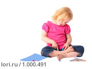 Купить «Девочка рассматривает школьные принадлежности», фото № 1000491, снято 23 января 2019 г. (c) Эдуард Жлобо / Фотобанк Лори
