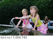 Дети играют водой в фонтане (2009 год). Редакционное фото, фотограф Мишурова Виктория / Фотобанк Лори