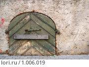 Купить «Старая деревянная дверь, заколоченная доской», фото № 1006019, снято 3 июля 2009 г. (c) Алексей Лебедев / Фотобанк Лори