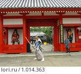 Купить «Самурай-актёр на входе в Деревню Самураев. Япония,Хоккайдо, г.Ноборибецу», фото № 1014363, снято 28 июля 2009 г. (c) RedTC / Фотобанк Лори