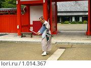 Купить «Самурай-актёр на входе в Деревню Самураев. Япония,Хоккайдо, г.Ноборибецу», фото № 1014367, снято 28 июля 2009 г. (c) RedTC / Фотобанк Лори