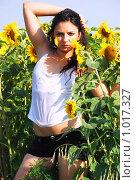 Купить «Девушка в подсолнухах», фото № 1017327, снято 22 июля 2008 г. (c) Мария Виноградова / Фотобанк Лори