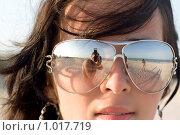 Отражение фотографа в очках девушки. Стоковое фото, фотограф Сергей Сухоруков / Фотобанк Лори