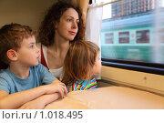 Купить «Мама с детьми сидит у окна в вагоне», фото № 1018495, снято 23 апреля 2009 г. (c) Losevsky Pavel / Фотобанк Лори