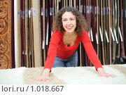 Купить «Девушка выбирает ковер в магазине», фото № 1018667, снято 20 декабря 2008 г. (c) Losevsky Pavel / Фотобанк Лори