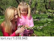 Купить «Мать с дочкой у цветущего дерева», фото № 1018943, снято 9 мая 2009 г. (c) Losevsky Pavel / Фотобанк Лори