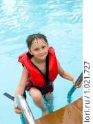 Купить «Мальчик в спасательном жилете, выходящий из бассейна по лестнице», фото № 1021727, снято 30 июня 2009 г. (c) Куликова Татьяна / Фотобанк Лори