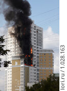 Купить «Пожар в высотном жилом доме», фото № 1028163, снято 6 августа 2009 г. (c) Юрий Синицын / Фотобанк Лори