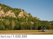 Купить «Автомобиль на фоне гор», фото № 1030399, снято 29 июля 2009 г. (c) Владимир Мельников / Фотобанк Лори