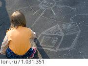 Маленькая девочка нарисовала домик на асфальте. Стоковое фото, фотограф Алексей Росляков / Фотобанк Лори