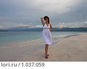 Девушка в белом платье на берегу океана. Стоковое фото, фотограф Ипполитов Александр / Фотобанк Лори