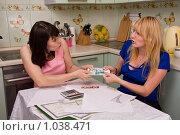 Купить «Ссора из-за денег. Две девушки спорят из-за пачки денег.», фото № 1038471, снято 15 августа 2009 г. (c) Ирина Карлова / Фотобанк Лори