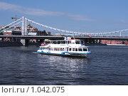 Прогулочный теплоход на фоне Крымского моста (2009 год). Редакционное фото, фотограф Владимир Цветов / Фотобанк Лори