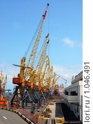 Несколько подъемных кранов в порту (2009 год). Редакционное фото, фотограф Федор Болба / Фотобанк Лори
