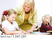 Купить «Преподаватель дает совет ученику», фото № 1047291, снято 20 августа 2009 г. (c) Евгений Захаров / Фотобанк Лори