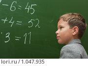 Купить «Школьник решает примеры на уроке математики», фото № 1047935, снято 20 августа 2009 г. (c) Оксана Гильман / Фотобанк Лори