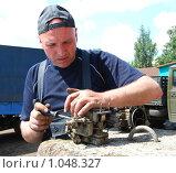 Мужчина чинит карбюратор. Стоковое фото, фотограф Оксана Якупова / Фотобанк Лори