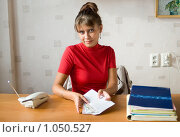 Купить «Девушка достает деньги из конверта», фото № 1050527, снято 24 августа 2009 г. (c) Типляшина Евгения / Фотобанк Лори