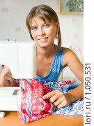 Купить «Женщина за швейной машинкой», фото № 1050531, снято 24 августа 2009 г. (c) Типляшина Евгения / Фотобанк Лори