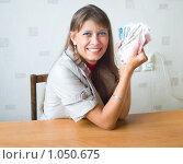 Купить «Счастливая девушка показывает деньги», фото № 1050675, снято 24 августа 2009 г. (c) Типляшина Евгения / Фотобанк Лори