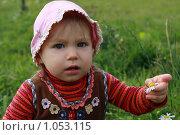 Купить «Маленькая девочка сидит в траве с ромашками», фото № 1053115, снято 23 августа 2009 г. (c) Наталья Белотелова / Фотобанк Лори