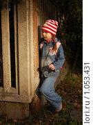 Купить «Девочка у забора в луче заходящего солнца», фото № 1053431, снято 20 августа 2009 г. (c) Никонор Дифотин / Фотобанк Лори