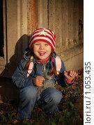 Купить «Девочка у забора в луче заходящего солнца», фото № 1053435, снято 20 августа 2009 г. (c) Никонор Дифотин / Фотобанк Лори