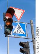 Купить «Светофоры и дорожные знаки на столбе», фото № 1056987, снято 9 августа 2009 г. (c) Светлана Кудрина / Фотобанк Лори
