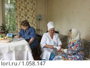 Купить «Социальный работник у пенсионера дома», эксклюзивное фото № 1058147, снято 23 июля 2009 г. (c) Дмитрий Неумоин / Фотобанк Лори