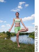 Купить «Девушка занимается гимнастикой», фото № 1060363, снято 19 июля 2009 г. (c) Яков Филимонов / Фотобанк Лори
