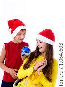 Купить «Дети в новогодних колпаках», фото № 1064603, снято 12 августа 2009 г. (c) Анна Игонина / Фотобанк Лори