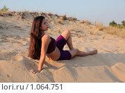 Девушка  в песчаных дюнах на фоне вечернего неба. Стоковое фото, фотограф Павел Гундич / Фотобанк Лори