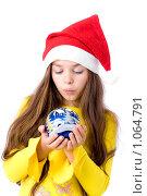 Купить «Девочка в новогоднем колпаке с шариком в руках», фото № 1064791, снято 12 августа 2009 г. (c) Анна Игонина / Фотобанк Лори