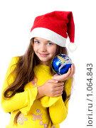 Купить «Девочка в новогоднем колпаке с шариком в руках», фото № 1064843, снято 12 августа 2009 г. (c) Анна Игонина / Фотобанк Лори