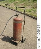 Купить «Баллон с газом на тележке», фото № 1069691, снято 2 июля 2009 г. (c) Булат Каримов / Фотобанк Лори