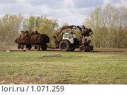 Трактор с телегой, гружённой навозом. Деревенская жизнь, фото № 1071259, снято 9 мая 2009 г. (c) Вадим Орлов / Фотобанк Лори