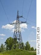 Электрические линии высокого напряжения на фоне голубого неба, фото № 1071439, снято 30 мая 2017 г. (c) Юлия Врублевская / Фотобанк Лори