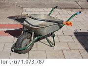Купить «Орудия труда - тележка и штыковая лопата», фото № 1073787, снято 4 мая 2008 г. (c) Erudit / Фотобанк Лори
