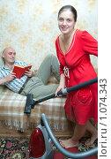 Купить «Уборка в квартире», фото № 1074343, снято 6 сентября 2009 г. (c) Яков Филимонов / Фотобанк Лори
