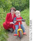 Купить «Бабушка с внуком на прогулке», фото № 1079691, снято 29 августа 2009 г. (c) Яков Филимонов / Фотобанк Лори