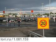 Купить «Автомобили  в порту города Турку перед погрузкой на паром (Финляндия)», фото № 1081159, снято 2 августа 2009 г. (c) Александр Секретарев / Фотобанк Лори