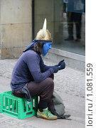 """Купить «Дания. Копенгаген. Городской пейзаж. """"Живая скульптура"""" звонит по мобильному телефону», фото № 1081559, снято 4 августа 2009 г. (c) Александр Секретарев / Фотобанк Лори"""