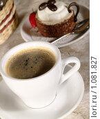 Купить «Чашечка кофе с пирожным», фото № 1081827, снято 9 августа 2009 г. (c) Толоконов Дмитрий Львович / Фотобанк Лори