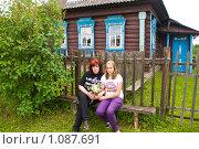 Мама и дочь сидят на лавочке около дома в деревне. Стоковое фото, фотограф Светлана Силецкая / Фотобанк Лори