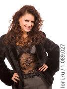 Купить «Привлекательная девушка в шубе», фото № 1089027, снято 29 ноября 2008 г. (c) Валентин Мосичев / Фотобанк Лори