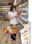 Купить «Девушка в супермаркете выбирает товары», фото № 1089503, снято 11 ноября 2019 г. (c) Баевский Дмитрий / Фотобанк Лори