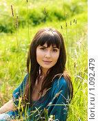 Красивая девушка в синем платье сидит в траве. Стоковое фото, фотограф Юлия Колтырина / Фотобанк Лори