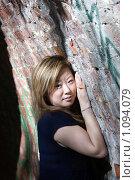 Купить «Девушка у кирпичной стены», фото № 1094079, снято 3 октября 2008 г. (c) Андрей Тепляков / Фотобанк Лори