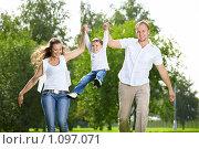 Купить «Счастливая семья», фото № 1097071, снято 9 сентября 2009 г. (c) Raev Denis / Фотобанк Лори