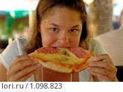 Купить «Девушка ест пиццу», фото № 1098823, снято 21 августа 2009 г. (c) Наталия Ефимова / Фотобанк Лори